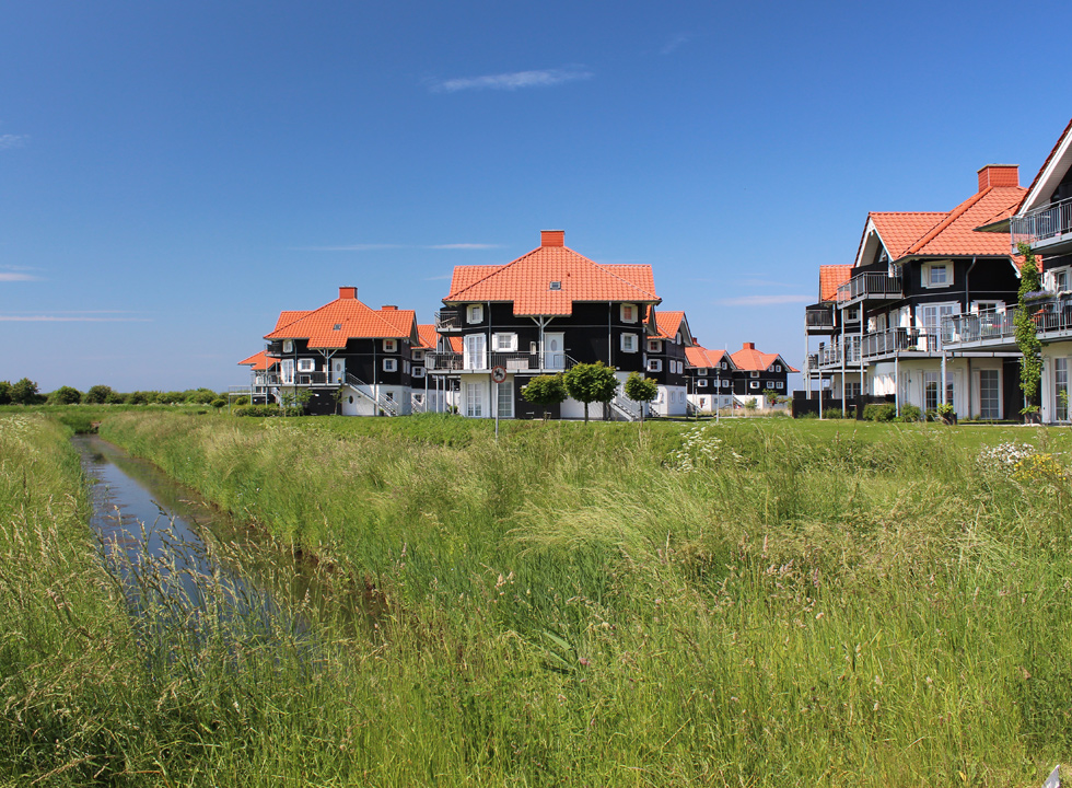Holiday homes in green surroundings behind the marina and the beach in Bogense