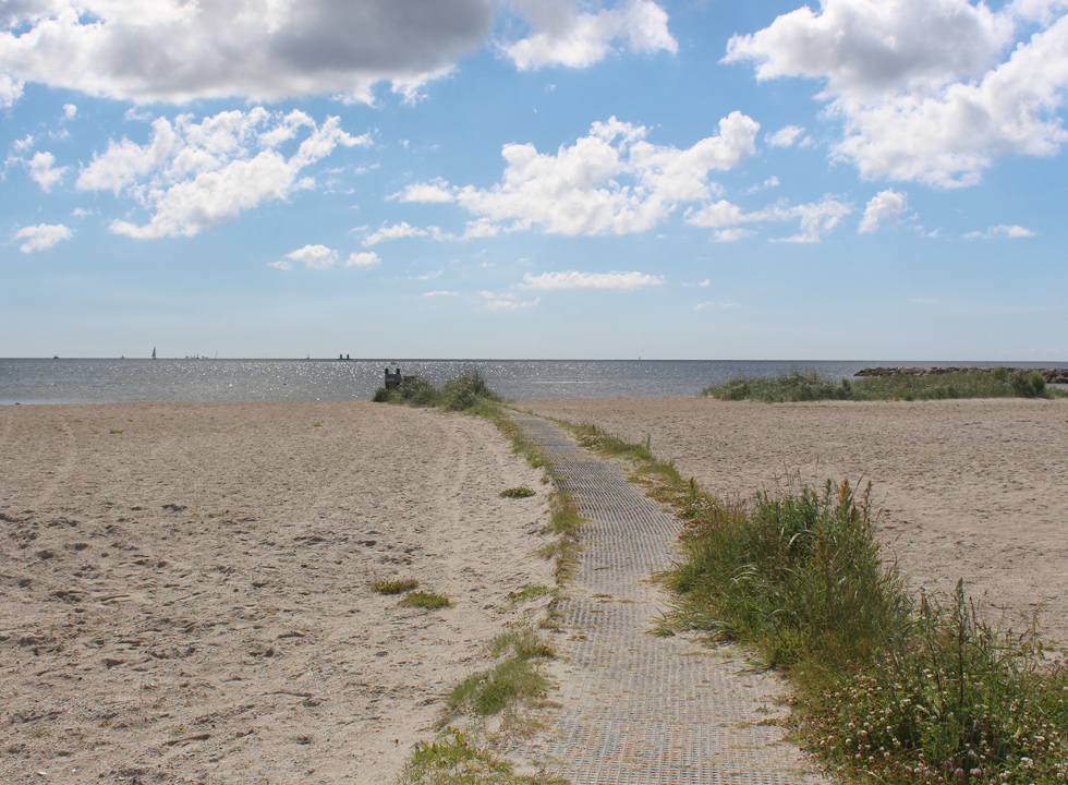 Path for the bathing beach in the holiday home area Egense