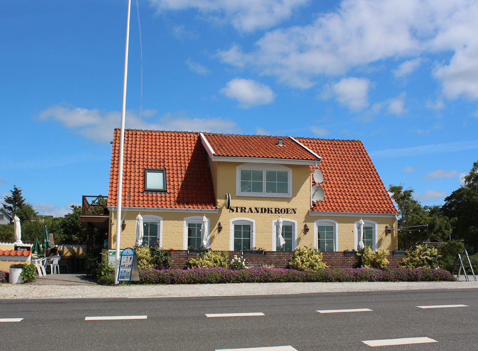 Cosy inn, right by the road and the beach, in the holiday area Egsmark Strand