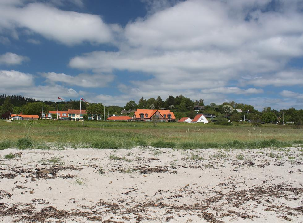 The holiday homes in Femmøller are situated in green surroundings, close to the beach