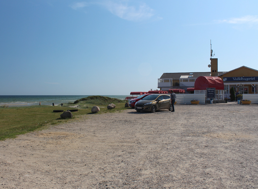 Well-situated ice-cream shop behind the beach in the holiday area Fjellerup Strand