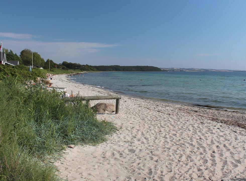 The lovely sandy beach in Følle Strand stretches all the way along the holiday home area