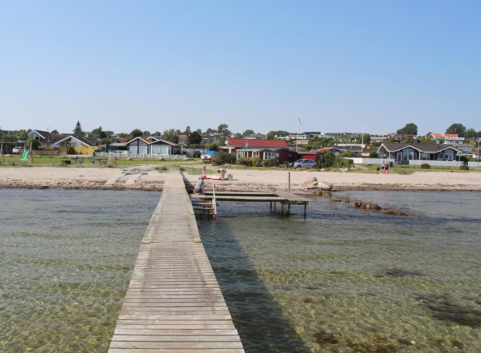 The long bathing jetty in Følle is placed in the centre of the beach