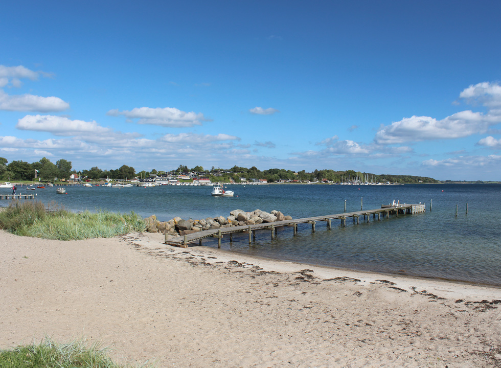 Lovely sandy beach with a long bathing jetty in the holiday home area Genner Strand