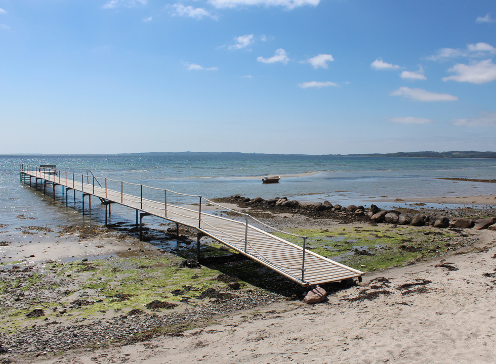 A long bathing jetty on the beach in Handrup enables you to jump into the slightly deeper water