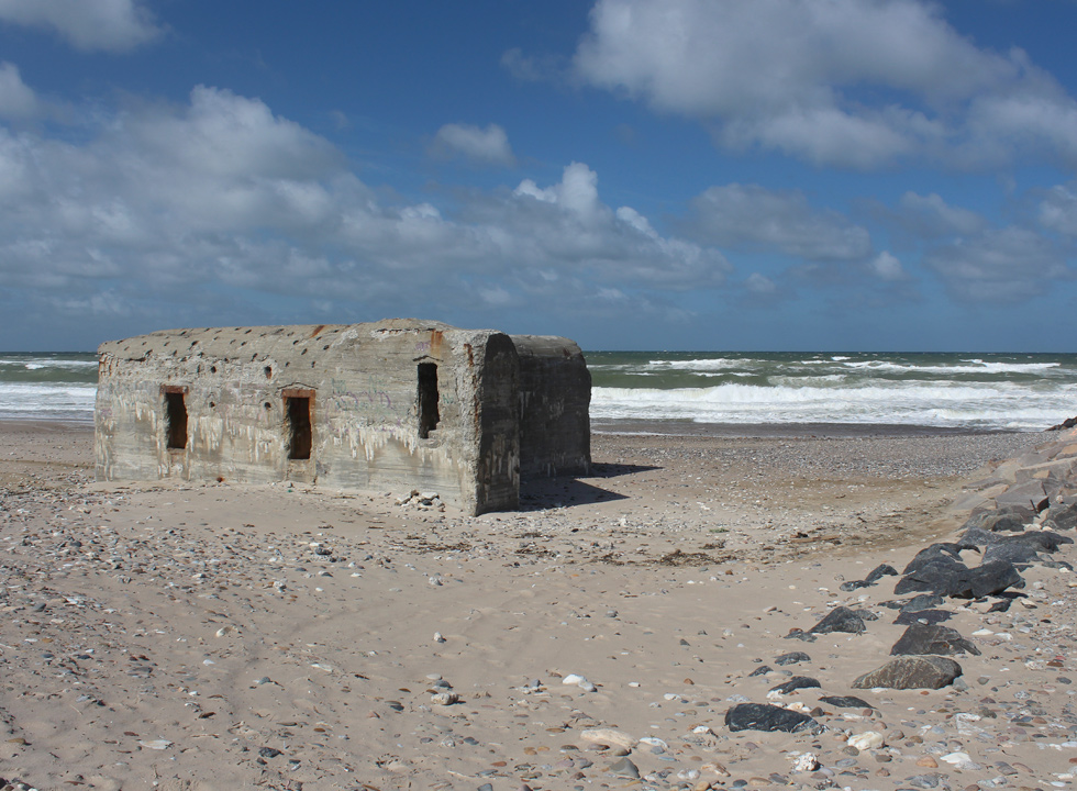 Large and sheltering bunker on the bathing beach in Harboør