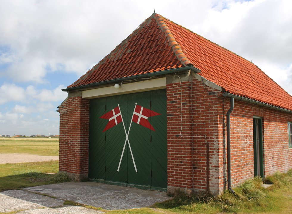 The old rescue house, Flyvholm Redningsstation, is situated behind the dunes, close to the holiday homes in Harboør