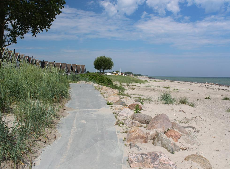 View along the bathing beach in the holiday home area Hasmark