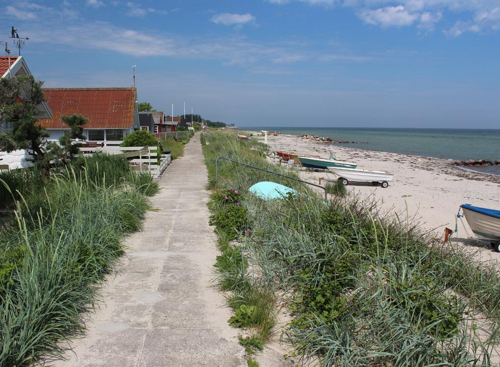 A path takes you along the beach and the holiday homes in Hasmark