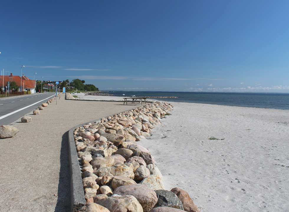 Along the beach in Hejlsminde you can follow the beach promenade through the holiday town