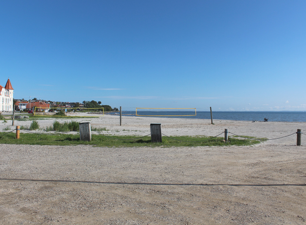Net for ball games is available on the wide sandy beach in Hejlsminde