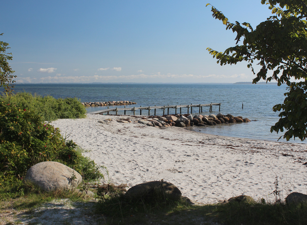 In the northern part of Hejlsminde you will find small beaches with bathing jetties