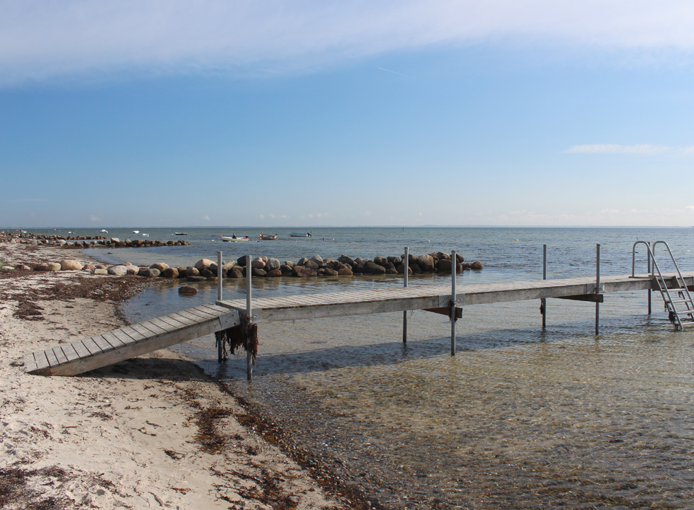 Bathing jetty by the shallow and child-friendly bathing water in Hejlsminde