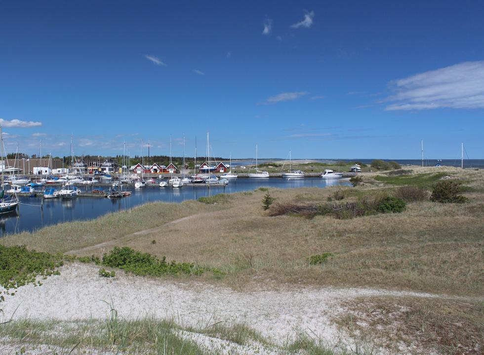 The cosy marina in Hou is located right behind the dunes and the lovely beach Nordstranden