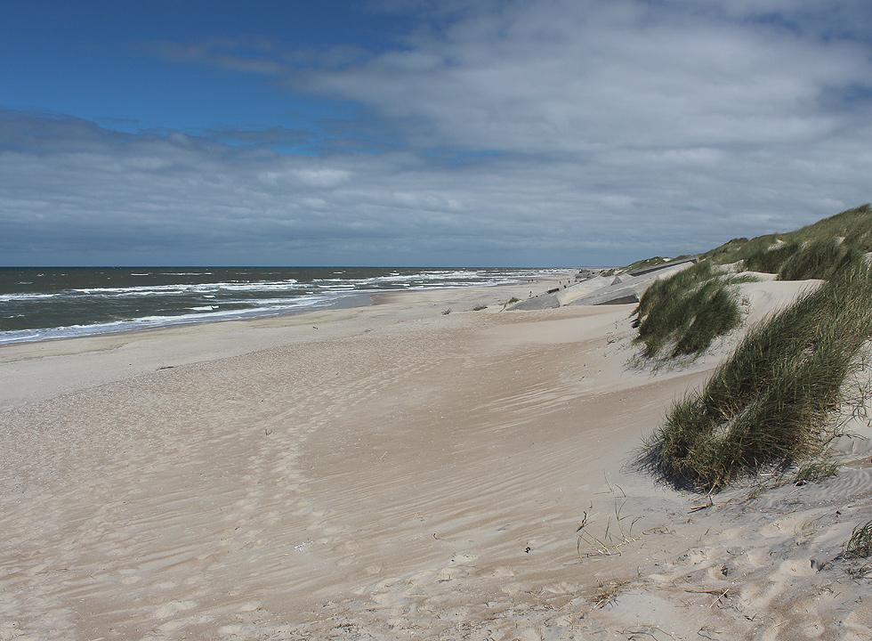 Houvig offers a wide sandy beach with bunkers and high dunes