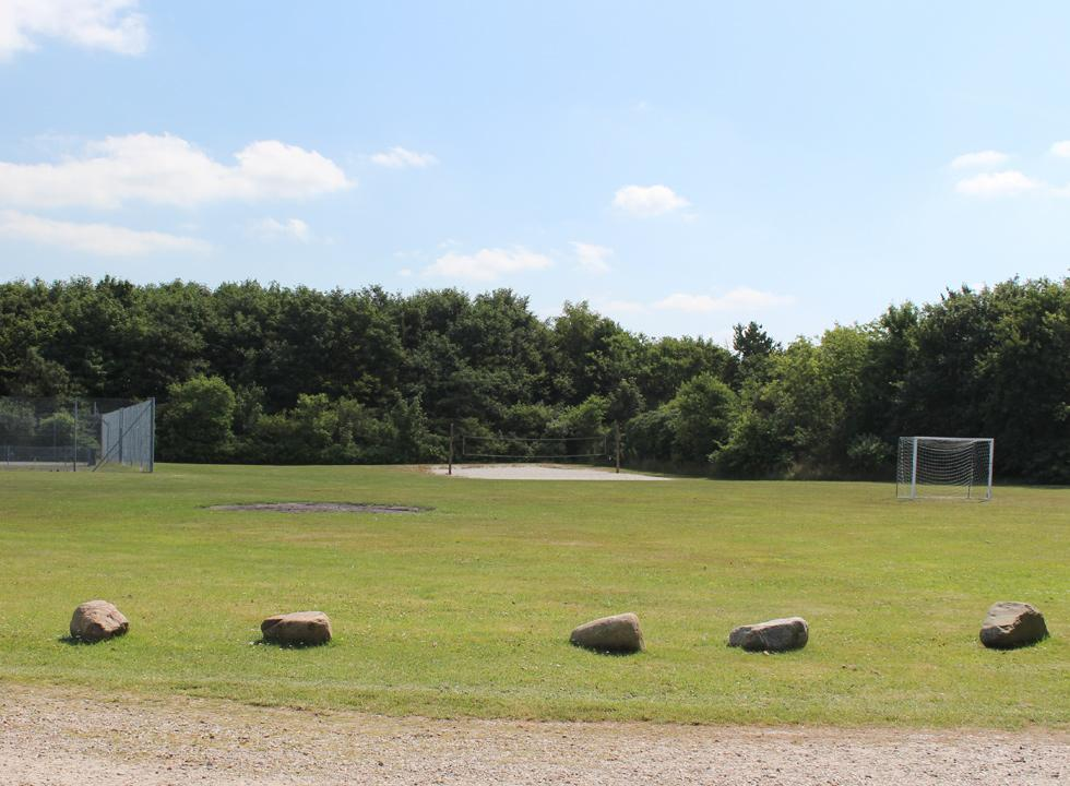 You can play tennis, football and volley on the common area in Jegum