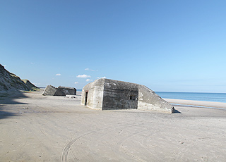 Sandy bathing beach with bunkers in Kandestederne