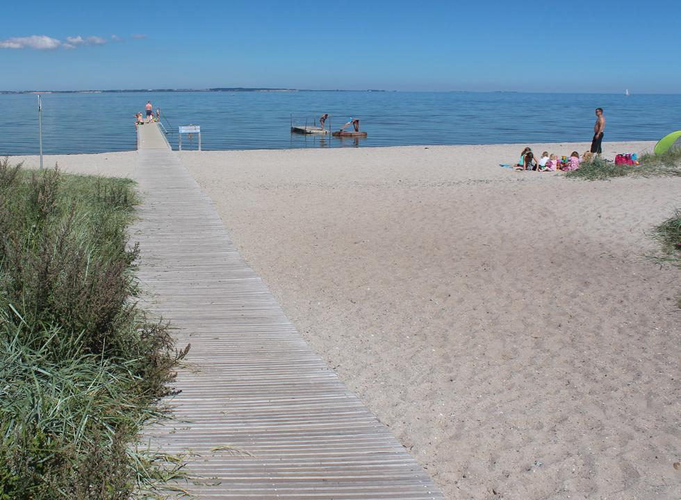A long wooden path leads you from the parking space, across the beach and down to the bathing jetty in Købingsmark