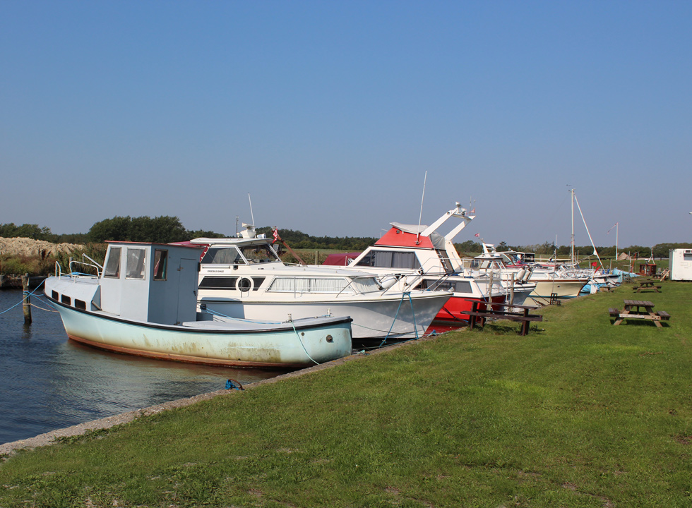 The small harbour in Kramnitse is surrounded by green spaces, which are suitable for a picnic