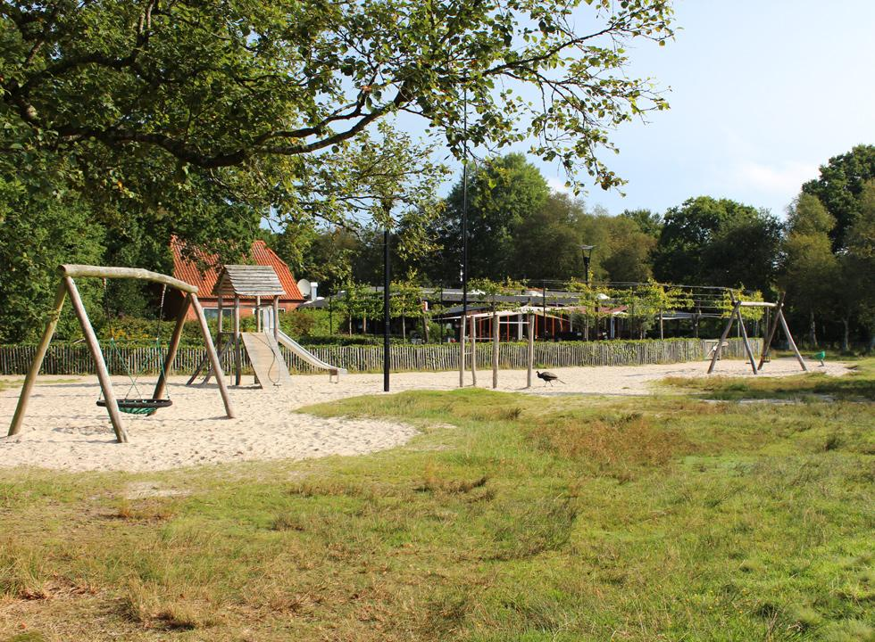 The playground is situated between the restaurant Pandekagehuset and the lake shore of Kvie Sø