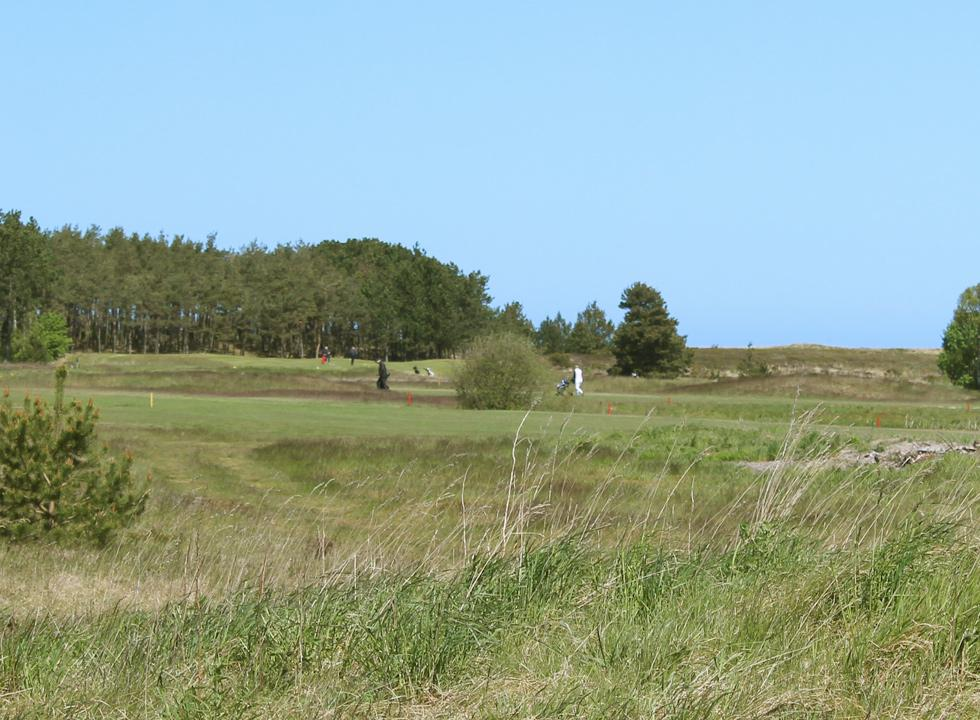 The golf course near Osterby is situated in scenic surroundings, right behind the beach