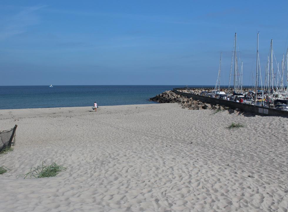 The sandy beach of Osterby is situated right next to the marina of the town