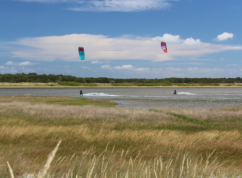 Ideal conditions for kitesurfers between the island Stokken and the mainland of Laso