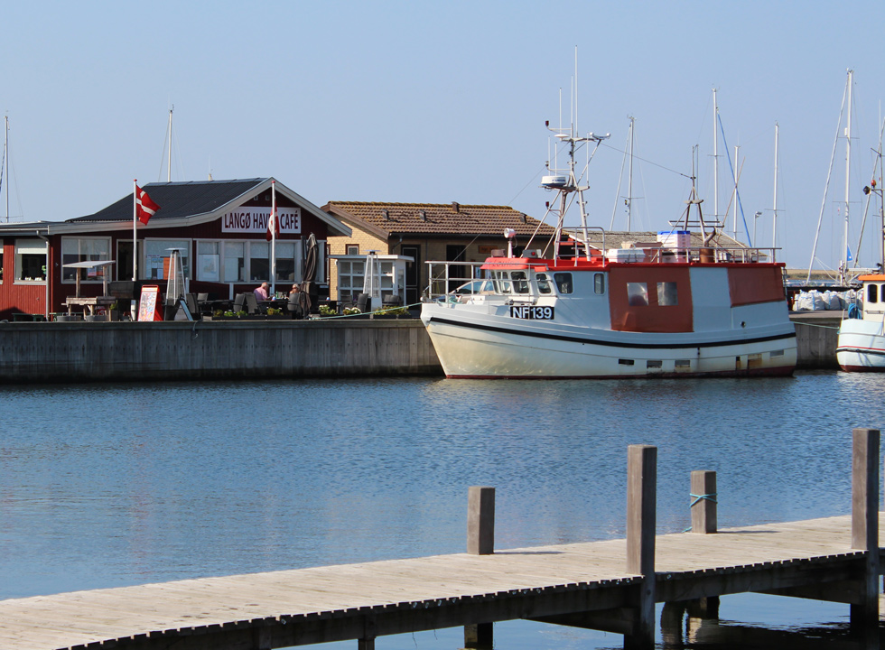 Cosy harbour café in Langø with a view of the fishing boats