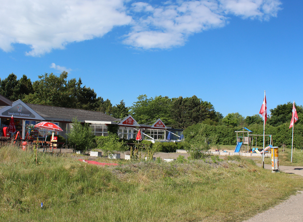 Grocery shop and eatery between the holiday homes in Lyngså