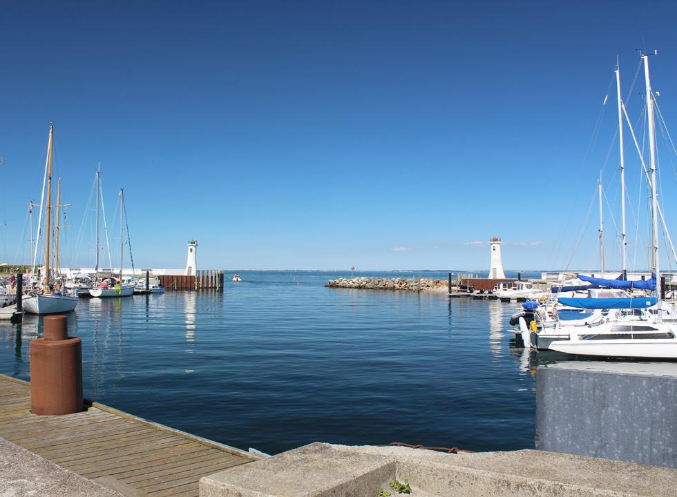 The charming Mommark Marina is situated next to the bathing beach in Mommark