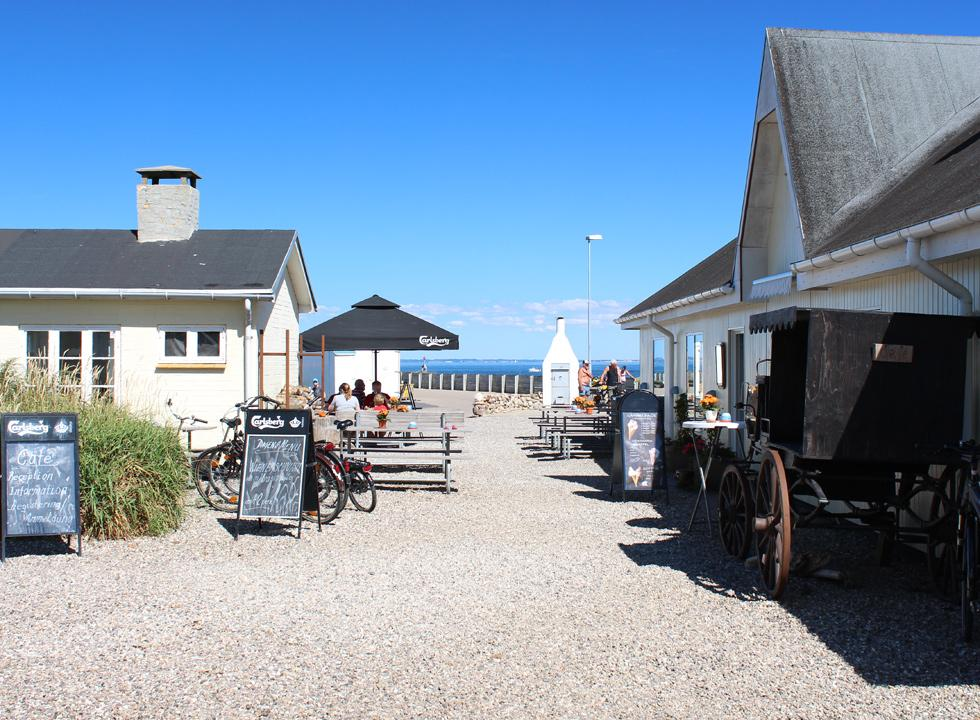 Cosy cafés, a smoke house and ice-cream shops behind the bathing beach in Mommark