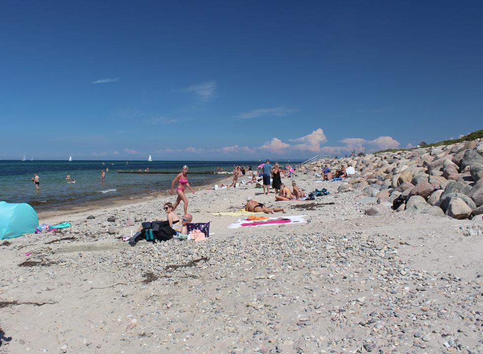 A warm summer day on the inviting bathing beach in Rågeleje