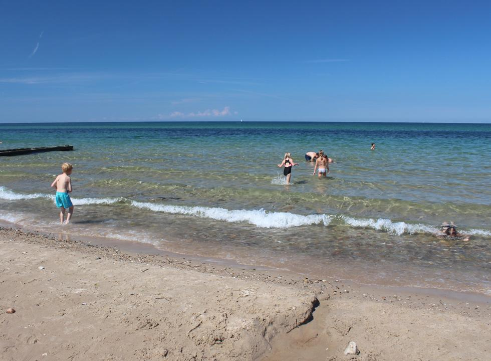 Clear and child-friendly bathing water by the beach in the holiday area Rågeleje