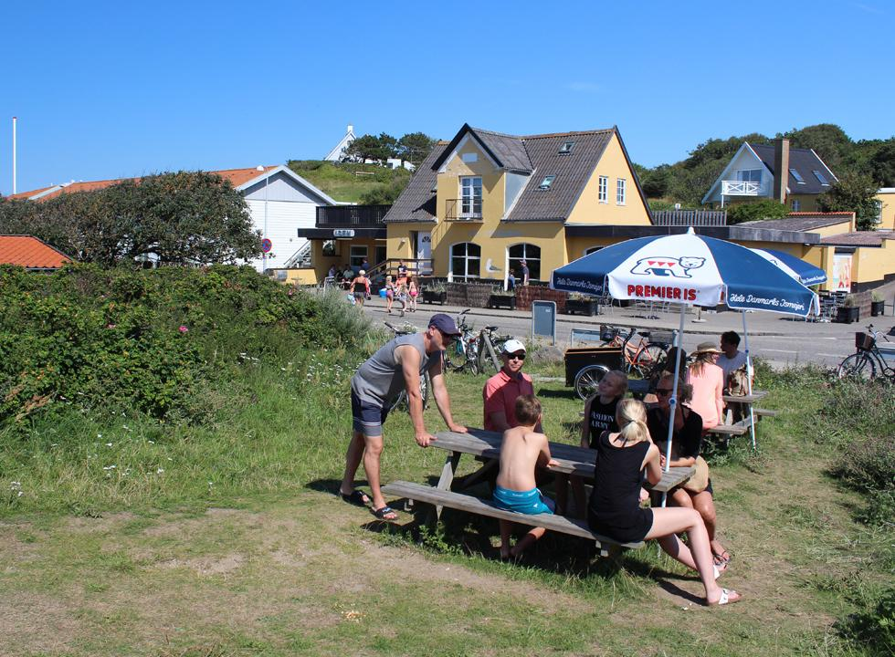 Holiday guests by the ice-cream shops in the holiday home area Rågeleje