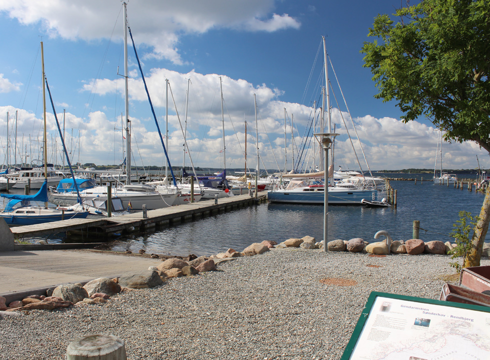 The path, Gendarmstien, leads right past the cosy marina i Rendbjerg
