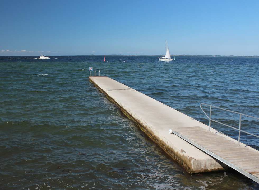 By the public bath in Rudkøbing you can make use of a long bathing jetty