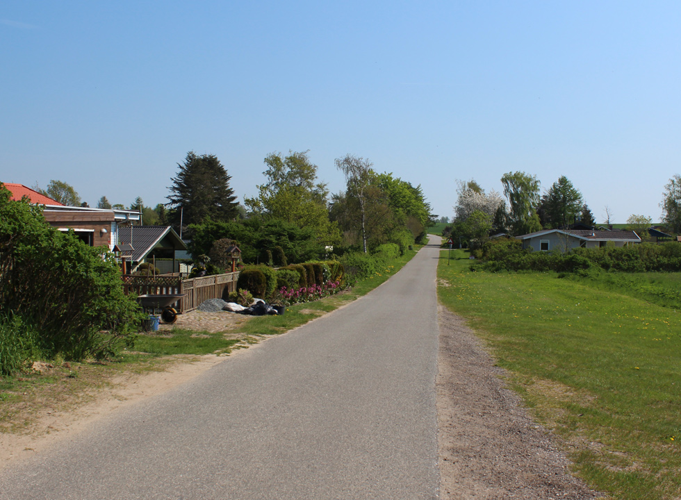 Holiday homes in green surroundings behind the shore in Skåstrup