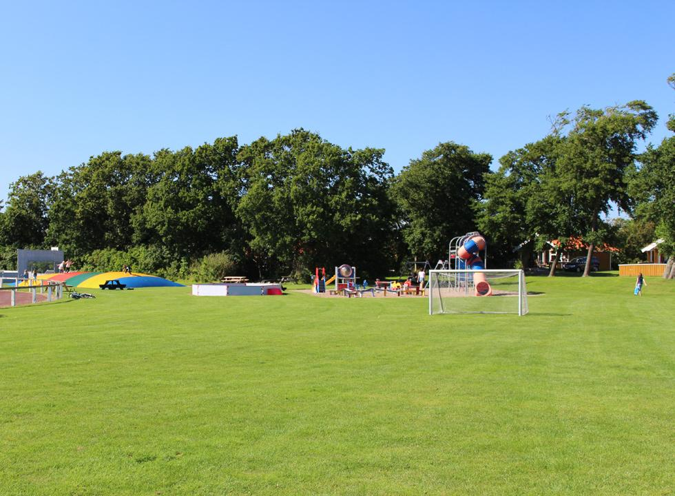 Large playground and lawn for ball games and activities in front of the holiday homes in Skærbæk