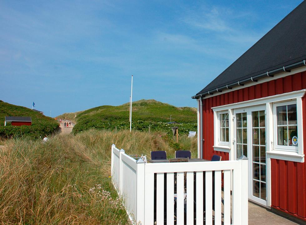 Well-situated holiday home behind the lovely beach in Sondervig