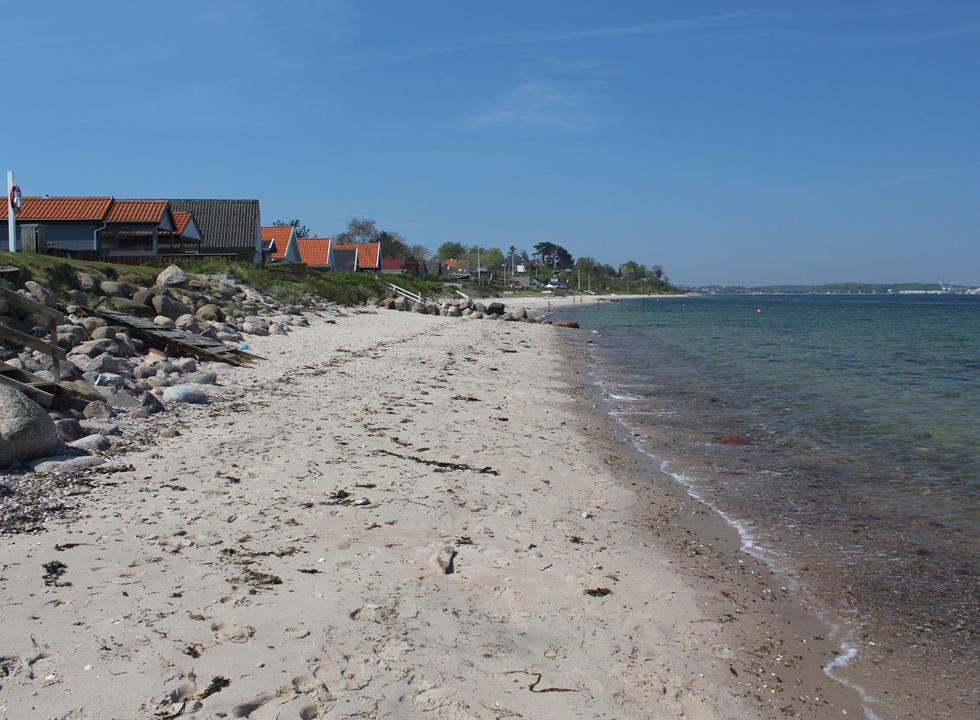 View along the bathing beach and the holiday homes in Strib