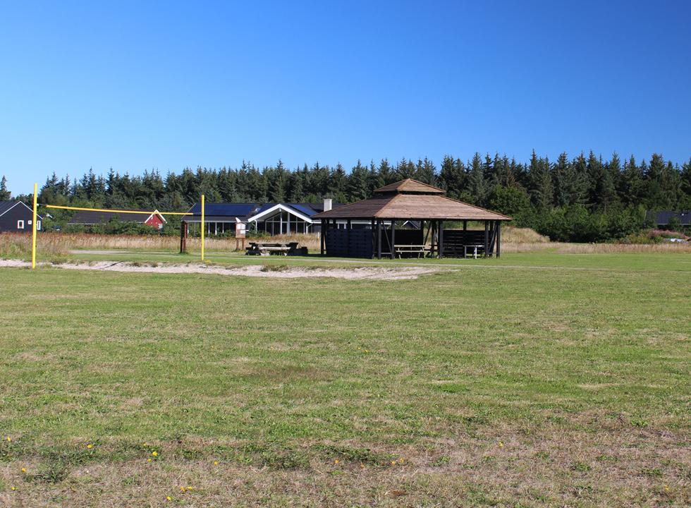 Grill area and volleyball course between the holiday homes in Tranum