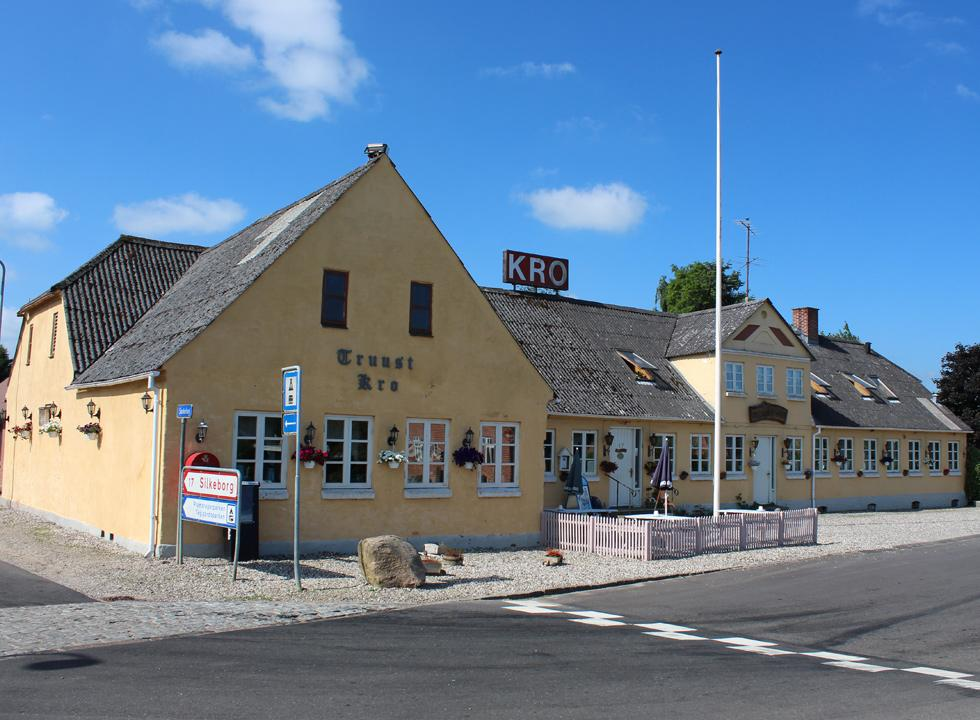 The inn, Truust Kro, is situated close to the holiday home area near the stream, Gudenåen