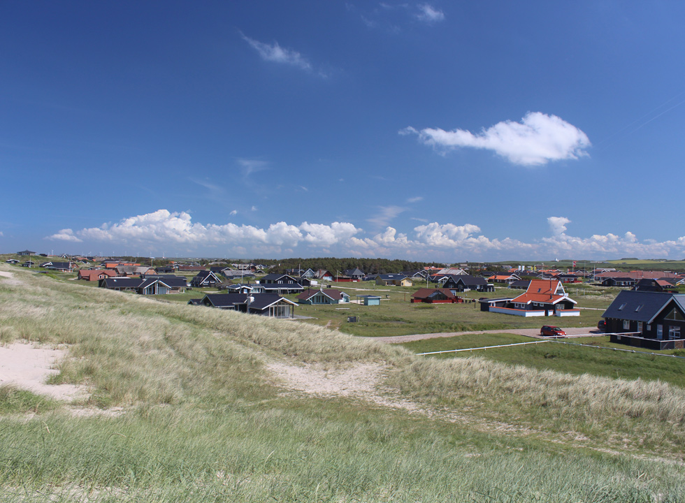 The holiday homes in Vejlby Klit are located in green surroundings, right behind the beach