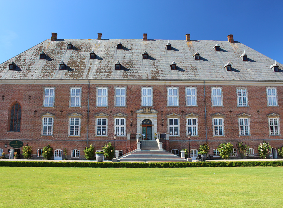The main building of the castle Valdemars Slot, just a few kilometres from Vemmenæs